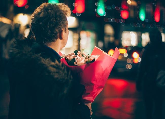 Bạn muốn nhận về tình yêu như thế nào, hãy trao đi một tình yêu như thế - Ảnh 1.