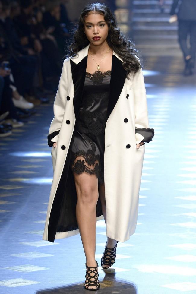 Choáng ngợp với show diễn toàn cậu ấm cô chiêu danh gia vọng tộc của Dolce&Gabbana - Ảnh 12.