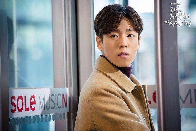 """""""Liar And Lover"""": Vừa gặp Lee Hyun Woo đôi lần, Joy lộ bản chất mê trai đắm đuối! - Ảnh 15."""