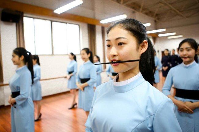 Lò đào tạo tiếp viên hàng không từ năm 16 tuổi: Đến để biết thế nào mới là một nụ cười chuẩn mực - Ảnh 6.