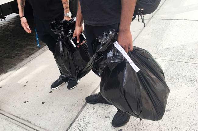 adidas Originals x Alexander Wang lăng xê mốt nhặt lá đá ống bơ, tay cầm túi rác ra đường - Ảnh 2.