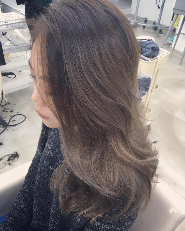 Màu tóc bà ngoại xám bạc xưa rồi, 2017 là phải nhuộm tóc màu nâu sương mù kia! - Ảnh 10.