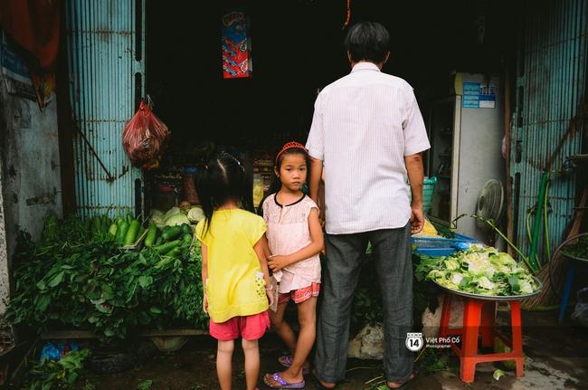 Gia đình vé số Sài Gòn: Ba mẹ ăn chuối luộc thay cơm, hai con gái không biết đến thịt cá - Ảnh 10.