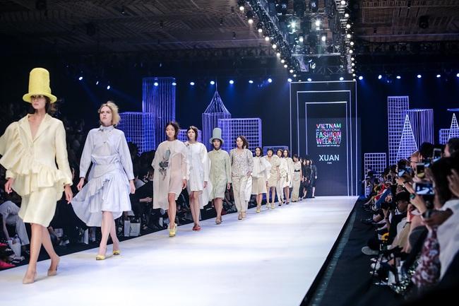 Bộ đôi quán quân VNTM cùng tỏa sáng ở vị trí vedette trong show diễn mở màn VIFW Xuân Hè 2017 - Ảnh 12.