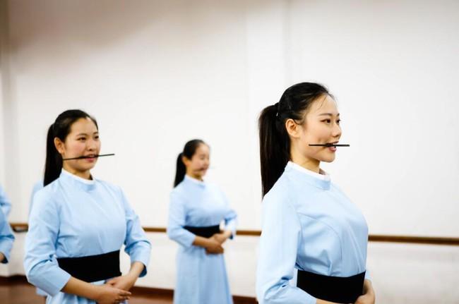 Lò đào tạo tiếp viên hàng không từ năm 16 tuổi: Đến để biết thế nào mới là một nụ cười chuẩn mực - Ảnh 7.