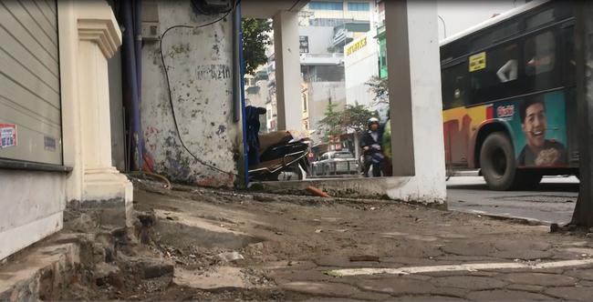 Clip: Cận cảnh ngôi nhà đặc biệt ôm trọn vỉa hè trên đường phố Hà Nội - Ảnh 5.