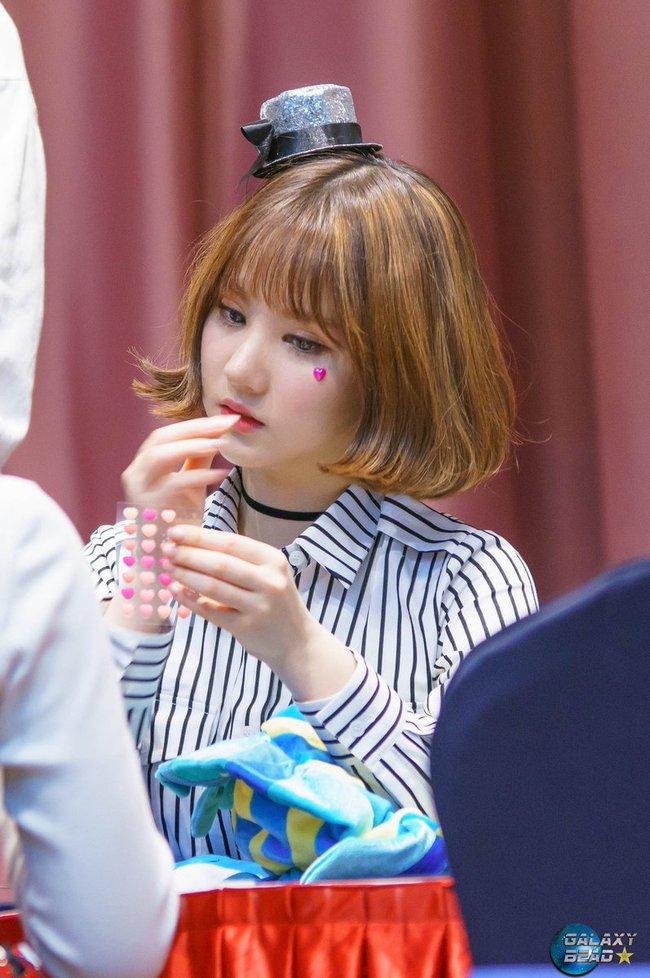 Các idol xứ Hàn tích cực sống ảo với kiểu makeup dính hoa khô, sticker lên mặt vừa xinh vừa nghệ - Ảnh 10.