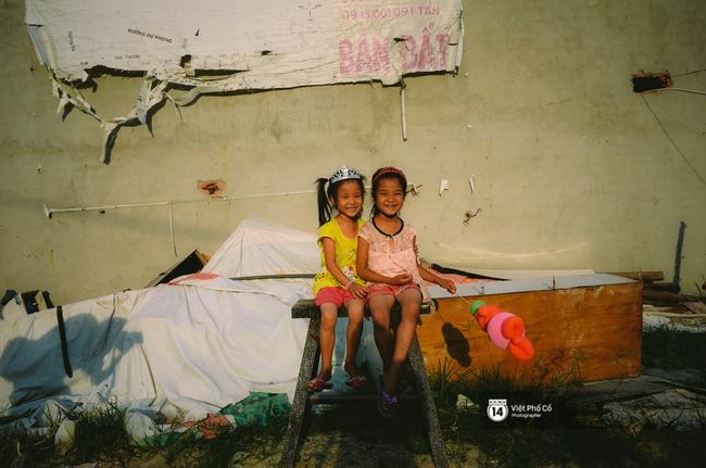 Gia đình vé số Sài Gòn: Ba mẹ ăn chuối luộc thay cơm, hai con gái không biết đến thịt cá - Ảnh 14.