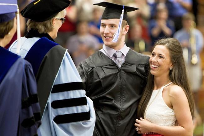 Câu chuyện cảm động nhất ngày hôm nay: Cô gái dìu bạn trai tật nguyền từng bước lên nhận bằng tốt nghiệp - ảnh 1