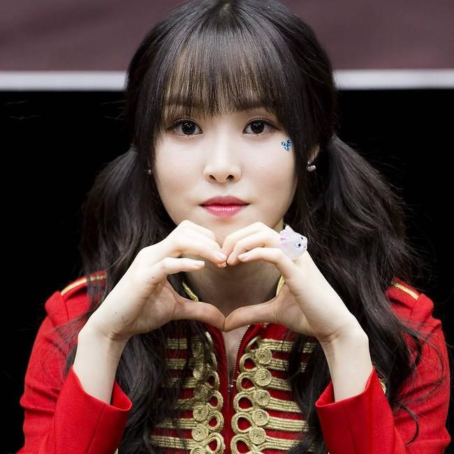 Các idol xứ Hàn tích cực sống ảo với kiểu makeup dính hoa khô, sticker lên mặt vừa xinh vừa nghệ - Ảnh 11.