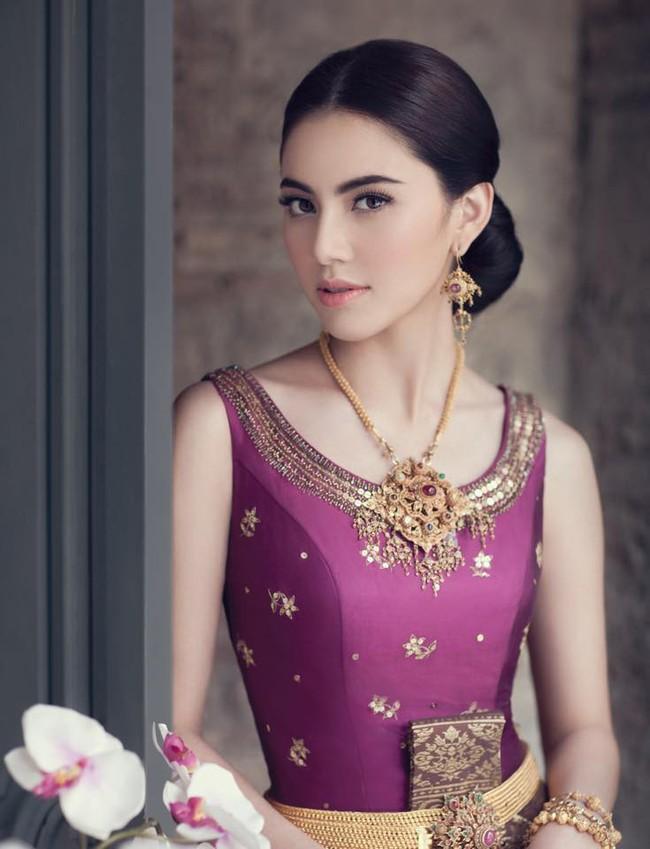 Vẻ đẹp thần thánh của các mỹ nhân hàng đầu Thái Lan trong trang phục truyền thống đón Tết Songkran - Ảnh 6.
