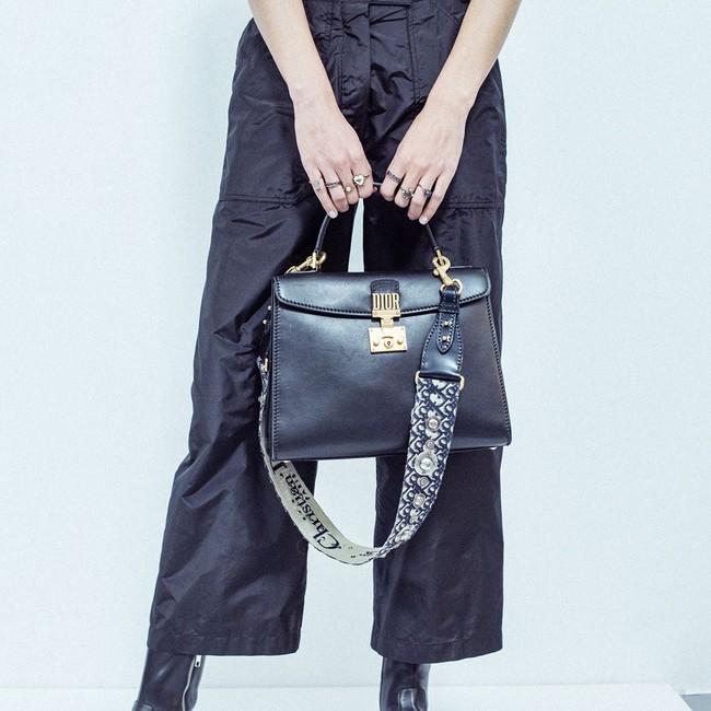 """Phải đeo túi là phải đeo dây bản to đính hoa thế này mới """"chuẩn không cần chỉnh"""" hình 13"""