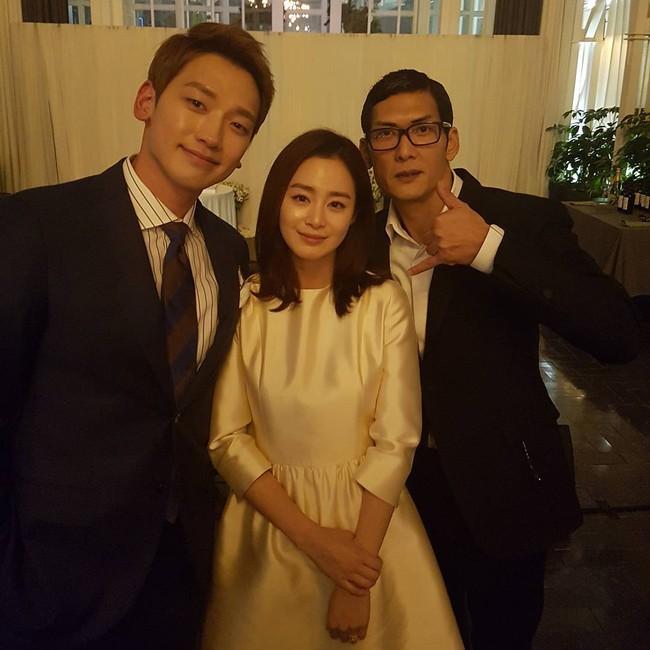 Tiếp tục lộ ảnh cận mặt vợ chồng Kim Tae Hee và Bi Rain bên khách mời sau hôn lễ - ảnh 1