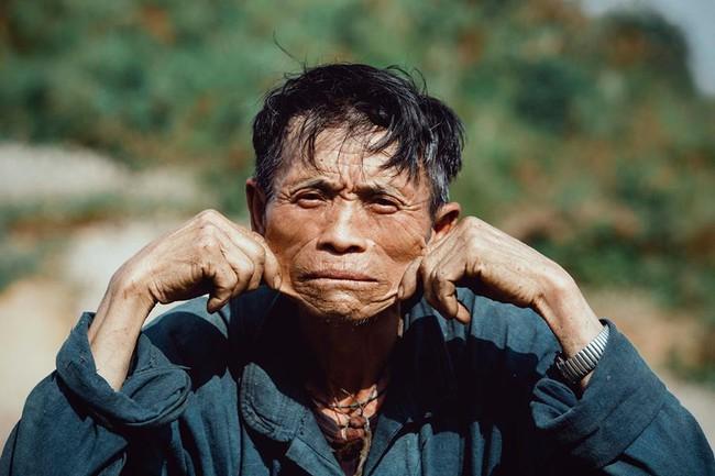 Ông cụ dân tộc cùng nụ cười lan tỏa hạnh phúc khắp mạng xã hội - ảnh 7