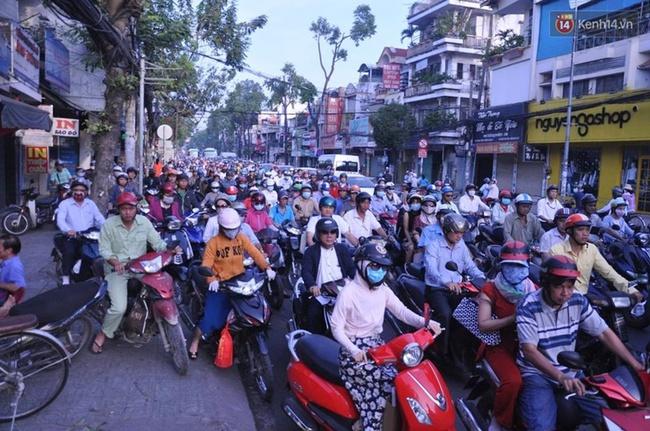 Xe container đâm sầm vào hai căn nhà ở Sài Gòn, nhiều người hốt hoảng tháo chạy - Ảnh 2.