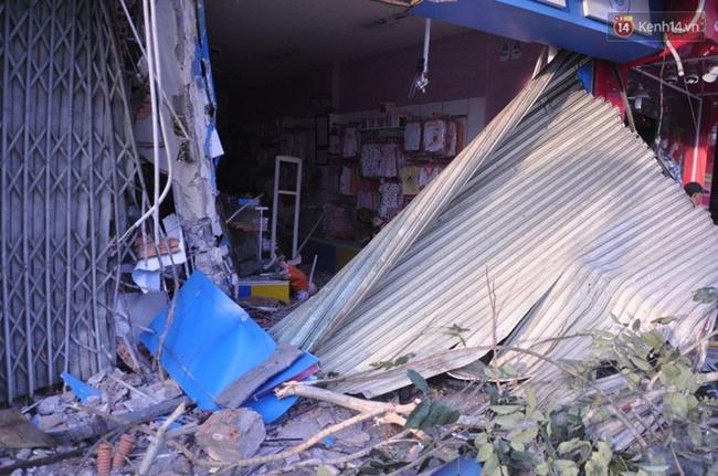 Xe container đâm sầm vào hai căn nhà ở Sài Gòn, nhiều người hốt hoảng tháo chạy - Ảnh 1.