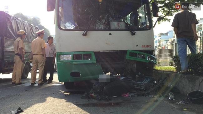 TP. HCM: Va chạm với xe buýt, 2 ông cháu mắc kẹt dưới đầu xe, 1 người tử vong - Ảnh 1.