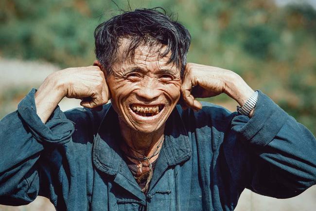 Ông cụ dân tộc cùng nụ cười lan tỏa hạnh phúc khắp mạng xã hội - ảnh 3