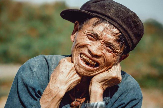 Ông cụ dân tộc cùng nụ cười lan tỏa hạnh phúc khắp mạng xã hội - ảnh 2