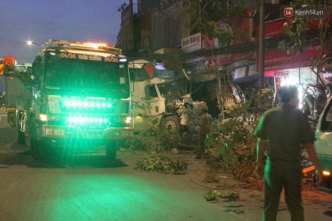 Xe container đâm sầm vào hai căn nhà ở Sài Gòn, nhiều người hốt hoảng tháo chạy - Ảnh 3.