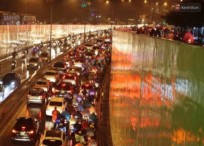 Chùm ảnh: Mưa gió vào giờ tan tầm, ô tô xếp hàng dài ở khu vực Xã Đàn - hầm Kim Liên - Ảnh 3.
