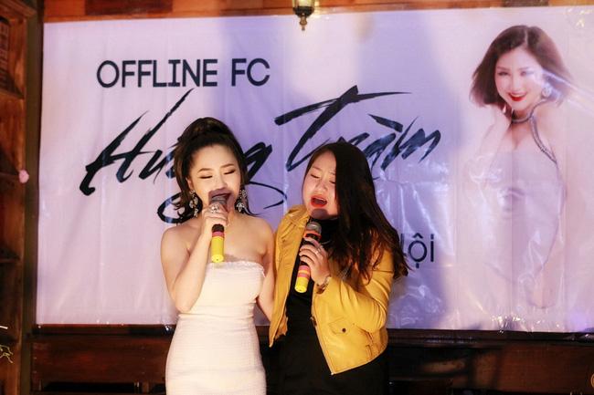 Hương Tràm diện váy quây gợi cảm, hạnh phúc khi được fan Hà Nội liên tục ôm hôn - Ảnh 8.