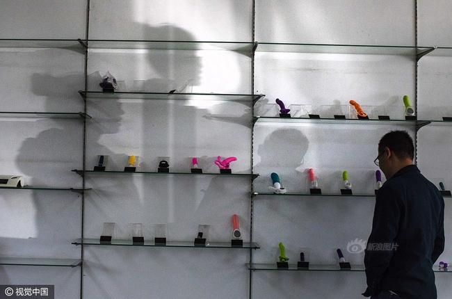 Cuộc sống của nữ công nhân vừa tròn 18 tuổi trong công xưởng sản xuất đồ chơi tình dục ở Trung Quốc - Ảnh 1.