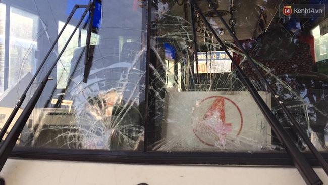 TP. HCM: Va chạm với xe buýt, 2 ông cháu mắc kẹt dưới đầu xe, 1 người tử vong - Ảnh 2.
