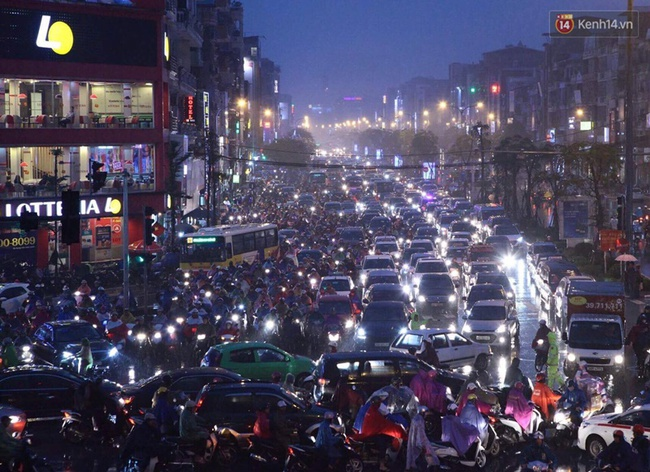 Chùm ảnh: Mưa gió vào giờ tan tầm, ô tô xếp hàng dài ở khu vực Xã Đàn - hầm Kim Liên - Ảnh 1.