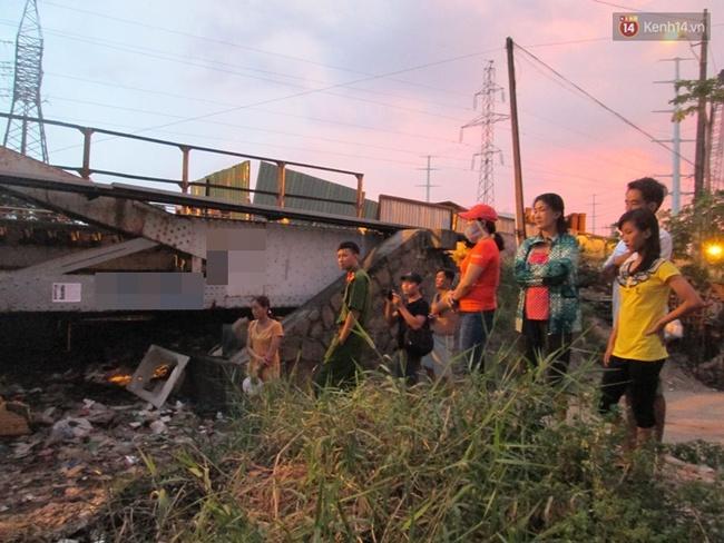 Thi thể người đàn ông đang phân hủy trôi trên sông Sài Gòn - ảnh 2