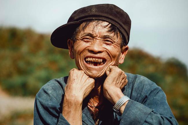 Ông cụ dân tộc cùng nụ cười lan tỏa hạnh phúc khắp mạng xã hội - ảnh 1
