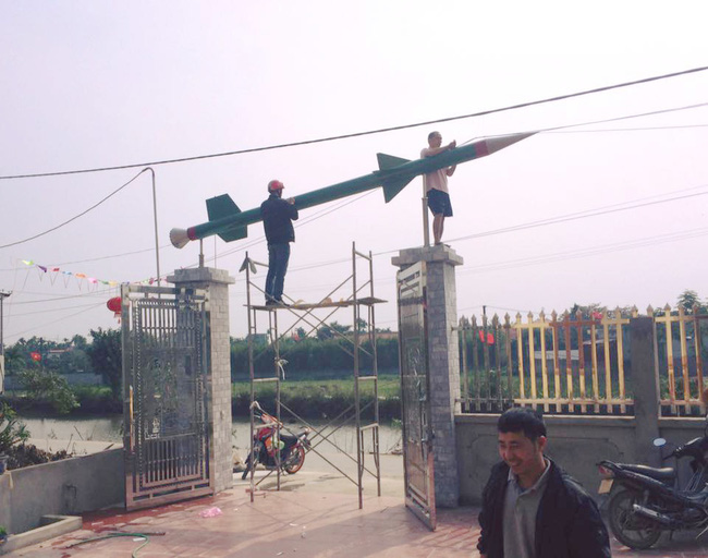Hải Phòng: Xôn xao hình ảnh chủ nhà trang trí cổng đón Tết bằng mô hình tên lửa - Ảnh 1.