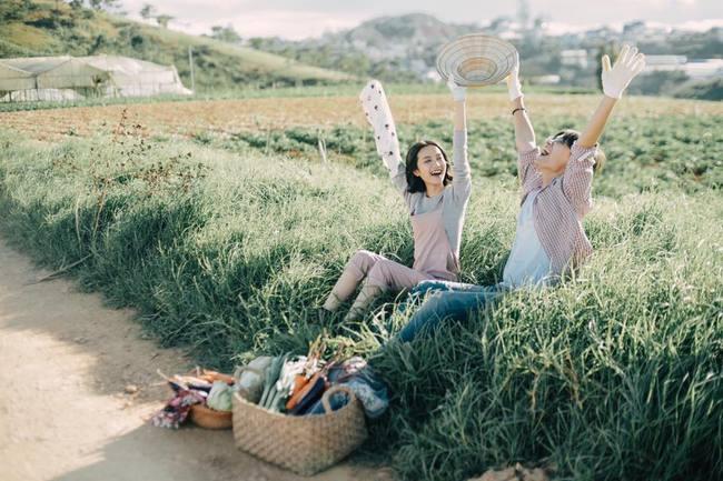 Chỉ cần yêu nhau thật nhiều thì ảnh cưới chụp ở... vườn rau cũng khiến người ta xuýt xoa - Ảnh 23.