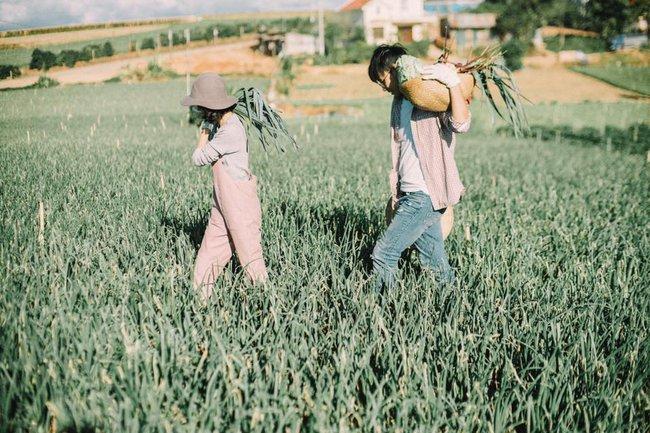 Chỉ cần yêu nhau thật nhiều thì ảnh cưới chụp ở... vườn rau cũng khiến người ta xuýt xoa - Ảnh 24.