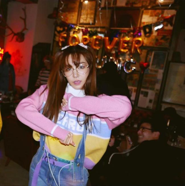 Vắng Yoona, SNSD tổ chức sinh nhật hoành tráng theo phong cách năm 80 cho Sooyoung - Ảnh 6.