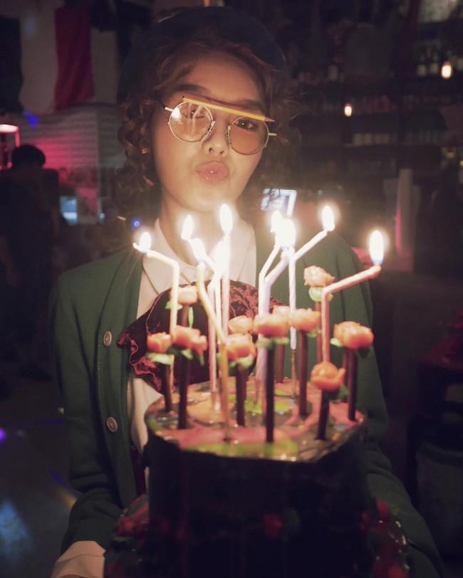 Vắng Yoona, SNSD tổ chức sinh nhật hoành tráng theo phong cách năm 80 cho Sooyoung - Ảnh 2.