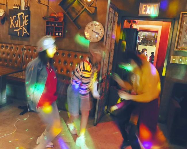 Vắng Yoona, SNSD tổ chức sinh nhật hoành tráng theo phong cách năm 80 cho Sooyoung - Ảnh 11.