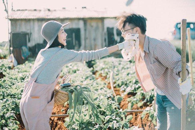 Chỉ cần yêu nhau thật nhiều thì ảnh cưới chụp ở... vườn rau cũng khiến người ta xuýt xoa - Ảnh 31.