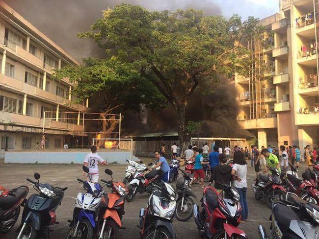 Cháy nhà xe, hàng trăm sinh viên tháo chạy tán loạn khỏi kí túc xá trường ĐH Y Dược TP.HCM - ảnh 2