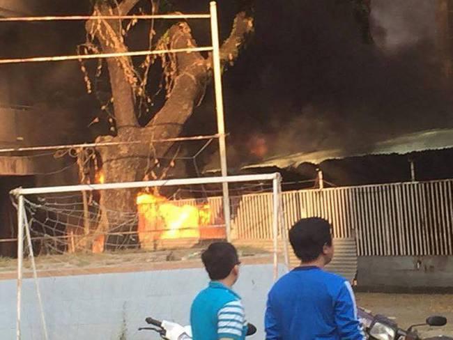 Cháy nhà xe, hàng trăm sinh viên tháo chạy tán loạn khỏi kí túc xá trường ĐH Y Dược TP.HCM - ảnh 1