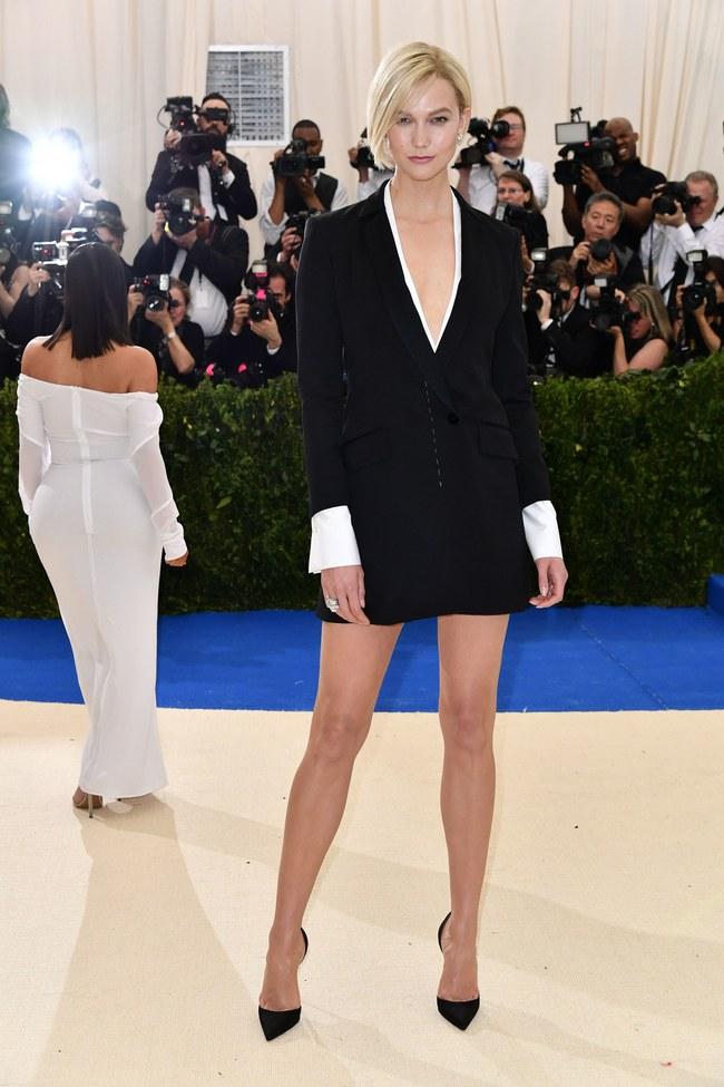 Met Gala 2017: Rihanna và Katy Perry thi nhau mặc dị, Cara Delevingne sơn bạc nguyên đầu - Ảnh 29.