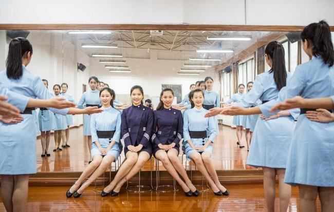 Lò đào tạo tiếp viên hàng không từ năm 16 tuổi: Đến để biết thế nào mới là một nụ cười chuẩn mực - Ảnh 15.