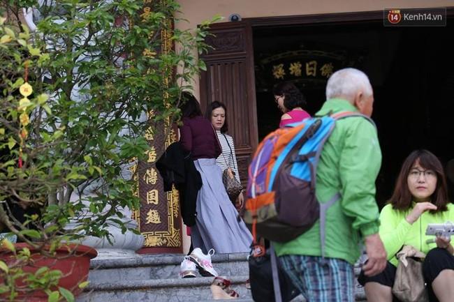Đà Nẵng: Nhà chùa cho khách mượn váy quây để không ăn mặc phản cảm ở nơi tôn nghiêm - Ảnh 1.