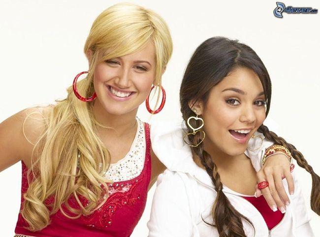 Fan thích thú với bản song ca của 2 bà chị già High School Musical: Ashley Tisdale và Vanessa Hudgens - Ảnh 1.