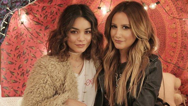 Fan thích thú với bản song ca của 2 bà chị già High School Musical: Ashley Tisdale và Vanessa Hudgens - Ảnh 2.