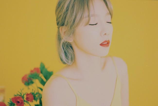 Taeyeon khiến fan sững sờ với hình ảnh hở lưng quyến rũ lạ thường - Ảnh 1.