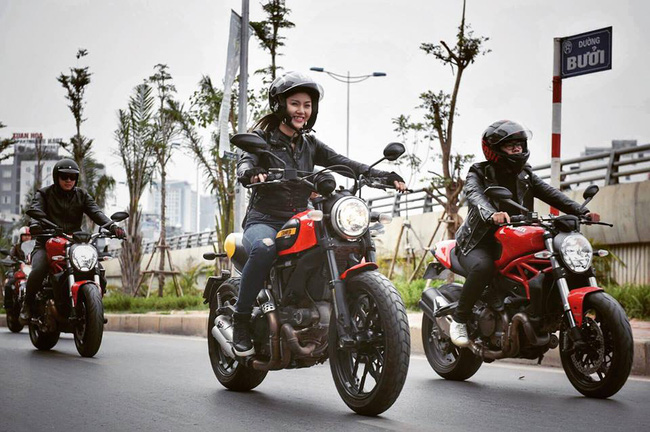 Nhan sắc cô gái cưỡi Ducati gây chú ý trong đoàn diễu motor tưởng nhớ Trần Lập - Ảnh 1.