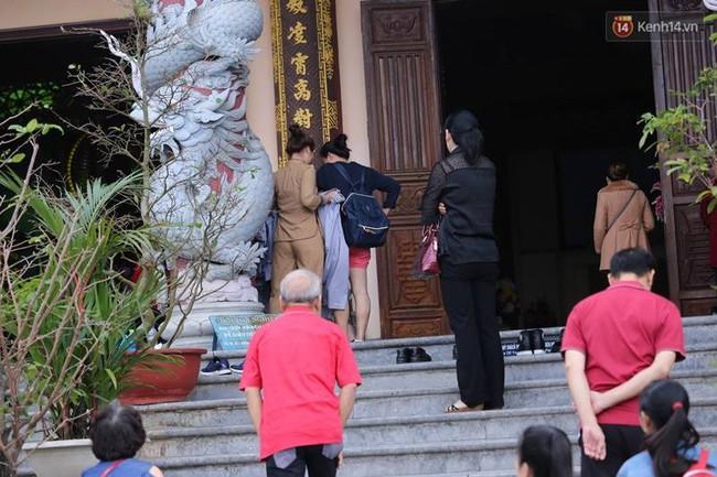 Đà Nẵng: Nhà chùa cho khách mượn váy quây để không ăn mặc phản cảm ở nơi tôn nghiêm - Ảnh 5.