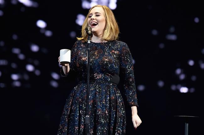 Không thể tin nổi: Người ta vận chuyển Adele lên sân khấu trong một cái hộp đựng đồ - Ảnh 11.