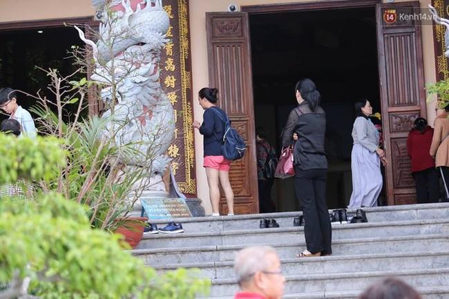 Đà Nẵng: Nhà chùa cho khách mượn váy quây để không ăn mặc phản cảm ở nơi tôn nghiêm - Ảnh 4.